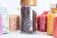 Bonbons multicolores dans des pots Image stock