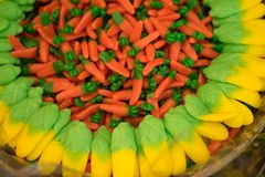 Bonbons multicolores de diverses formes et tailles - confiture d'oranges, sucrerie, lokum photographie stock
