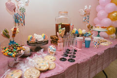 Bonbons multicolores sur le buffet de sucrerie avec des petits gâteaux, des biscuits et mars Images libres de droits