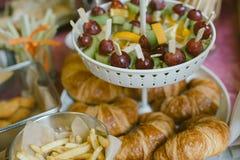 Bonbons multicolores sur le buffet de sucrerie avec des petits gâteaux, des biscuits et mars Image stock