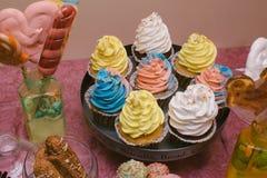 Bonbons multicolores sur le buffet de sucrerie avec des petits gâteaux, des biscuits et mars Photographie stock