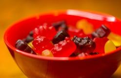 Bonbons multicolores translucides de gelée dans la cuvette rouge photographie stock libre de droits