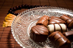 Bonbons Schokolade und Halskette Stockfoto