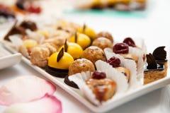 Bonbons sur la table de banquet Images libres de droits