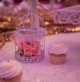 Bonbons sur une table de mariage : petits gâteaux, zéphyr Photos libres de droits
