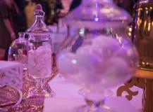 Bonbons sur une table de mariage : petits gâteaux, zéphyr Images libres de droits