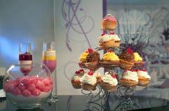Bonbons und kleine Kuchen Stockfotografie