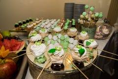 Bonbons und Kuchen lizenzfreie stockbilder