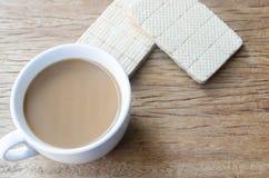 Bonbons und Schale heißer Kaffee auf altem Holztisch Beschneidungspfad eingeschlossen lizenzfreies stockfoto