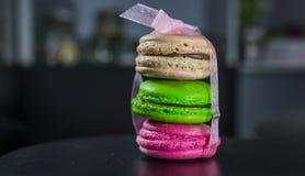 Bond de drie makaron multicolored makaron met een organzalint, Frans dessert, het feestelijke koken royalty-vrije stock afbeelding
