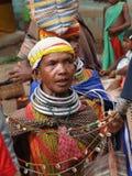 Bonda Stammes- Frauen bieten ihre handgemachten Fertigkeiten an Stockbilder