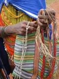 Bonda Stammes- Frauen bieten ihre handgemachten Fertigkeiten an Stockfotos
