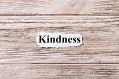 Bondade da palavra no papel Conceito Palavras da bondade em um fundo de madeira imagens de stock royalty free