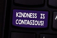 A bondade do texto da escrita é contagioso O conceito que significa o inflama o desejo reciprocar-lo e passar no teclado fotografia de stock