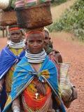 bondastående poserar stam- kvinnor Arkivbilder