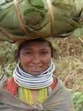 bondaståenden poserar den stam- kvinnan Arkivfoton