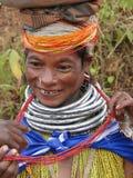 bondaståenden poserar den stam- kvinnan Royaltyfria Bilder