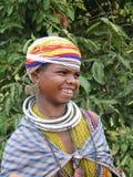 bondaståenden poserar den stam- kvinnan Royaltyfri Fotografi