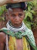 bondaståenden poserar den stam- kvinnan Arkivfoto