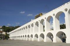 Bonde电车火车在卡约埃尔考斯da Lapa成拱形里约热内卢巴西 图库摄影
