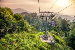 Bonde aéreo que move em montanhas tropicais da selva Imagem de Stock