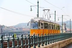 Bonde alaranjado em Budapest imagens de stock