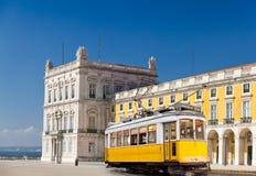 Bonde amarelo de Lisboa em Praca de Comercio, Portugal Fotos de Stock Royalty Free