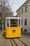 Bonde amarelo famoso na rua estreita em Lisboa, Portugal Fotos de Stock
