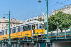 Bonde amarelo que move-se na cidade Fotos de Stock