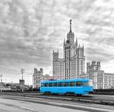 Bonde azul no centro da cidade de Moscou no nascer do sol, bonde azul velho em Moscou, Rússia imagens de stock