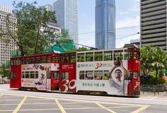 Bonde colorido do dois-andar nas ruas de Hong Kong Fotos de Stock