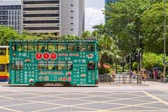 Bonde colorido do dois-andar nas ruas de Hong Kong Fotografia de Stock