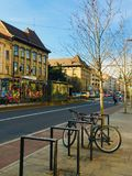 Bonde da cor na avenida Cluj-Napoca de Horea, a Transilvânia fotos de stock royalty free