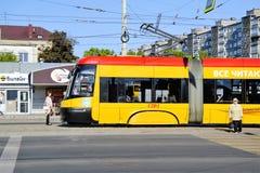 Bonde de Kaliningrad na rua da cidade foto de stock royalty free