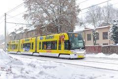 Bonde de Skoda 15 T ForCity na rua do inverno da cidade de Riga, Letónia Imagem de Stock