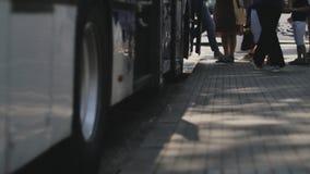 Bonde e estação de ônibus centrados sobre os pés dos pedestres