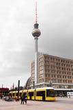 Bonde em Alexanderplatz com a torre da tevê na parte traseira Fotografia de Stock Royalty Free