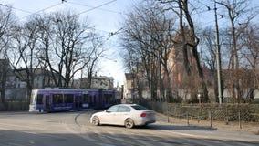 Bonde em Krakow no dia de inverno ensolarado video estoque