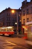 Bonde em Praga que apressa-se perto no por do sol imagem de stock