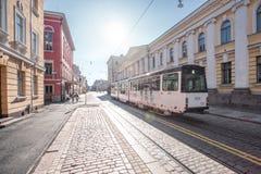 Bonde em ruas pavimentadas de Helsínquia Imagens de Stock