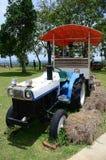 Bonde i traktoren som förbereder land Royaltyfri Foto