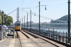 Bonde na estação em Danúbio budapest imagens de stock royalty free