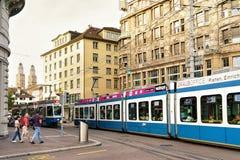 Bonde na rua de Bahnhofstrasse no centro da cidade em Zurique fotografia de stock