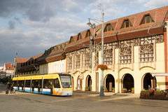 Bonde na rua do mercado & no x28; Debrecen, Hungary& x29; Imagens de Stock