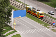 Bonde nas estradas de ferro na cidade Imagem de Stock Royalty Free