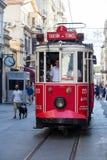 Bonde nostálgico vermelho de Taksim Tunel na rua istiklal Istambul, Turquia Fotografia de Stock