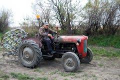 Bonde på en traktor Arkivbild