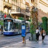 Bonde running na rua de Genebra fotografia de stock