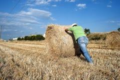 Bonde som arbetar på hans jordbruksmark Royaltyfria Foton