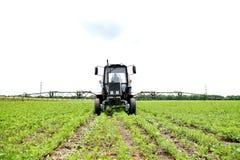 Bonde som kontrollerar sojabönafältet Den unika teknologin av att växa royaltyfri fotografi